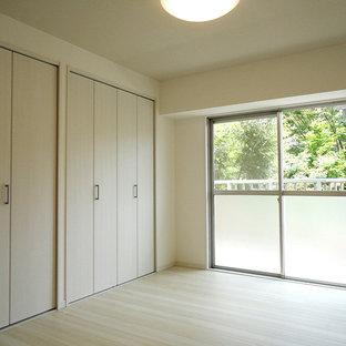 Ispirazione per una camera matrimoniale scandinava con pareti bianche, pavimento in compensato e pavimento beige