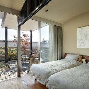 東京23区の小さい和風のおしゃれな寝室 (ベージュの壁、無垢フローリング、茶色い床) のインテリア