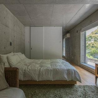福岡のモダンスタイルのおしゃれな寝室 (グレーの壁、無垢フローリング、茶色い床)