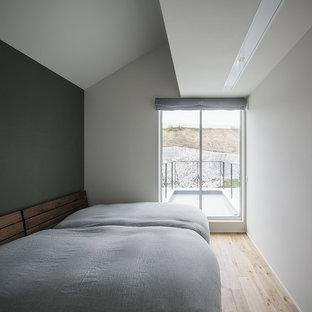 神戸のコンテンポラリースタイルのおしゃれな寝室 (マルチカラーの壁、淡色無垢フローリング、茶色い床) のインテリア