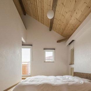 他の地域のアジアンスタイルのおしゃれな主寝室 (白い壁、淡色無垢フローリング、暖炉なし、茶色い床)
