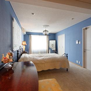 京都のエクレクティックスタイルのおしゃれな寝室 (青い壁、グレーの床) のインテリア