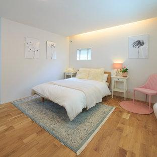 他の地域の中サイズのコンテンポラリースタイルのおしゃれな主寝室 (白い壁、無垢フローリング、茶色い床)