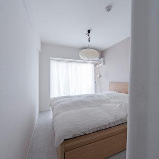 Ispirazione per una piccola camera matrimoniale minimalista con pareti rosa, pavimento con piastrelle in ceramica, pavimento grigio, soffitto in carta da parati e carta da parati