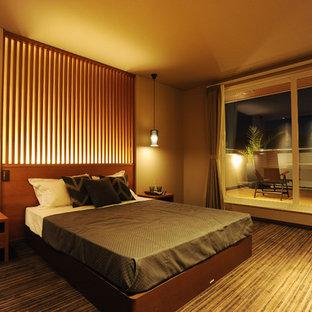 Foto de dormitorio asiático con paredes marrones, moqueta y suelo gris