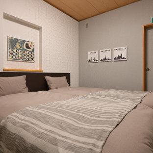 Modelo de dormitorio principal, de estilo zen, extra grande, con paredes grises, suelo vinílico y suelo marrón