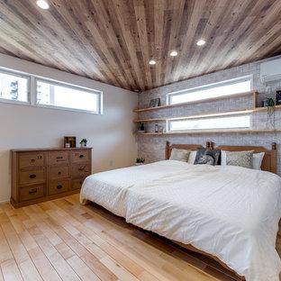 大阪のインダストリアルスタイルのおしゃれな寝室 (白い壁、淡色無垢フローリング、茶色い床) のインテリア