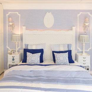 Ejemplo de dormitorio principal, papel pintado y papel pintado, tradicional, de tamaño medio, papel pintado, con paredes azules, suelo de corcho, suelo blanco, papel pintado y papel pintado