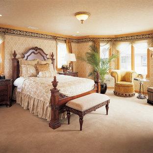 他の地域のヴィクトリアン調のおしゃれな寝室 (マルチカラーの壁、カーペット敷き、茶色い床)