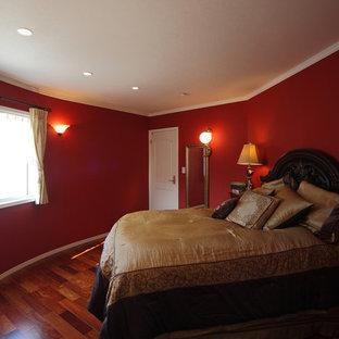 横浜のおしゃれな寝室 (赤い壁、濃色無垢フローリング、ベージュの床) のレイアウト