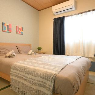 Modelo de habitación de invitados de estilo zen, extra grande, con paredes beige, tatami y suelo amarillo