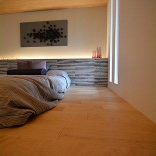 Ejemplo de dormitorio principal, minimalista, pequeño, sin chimenea, con paredes blancas, suelo de madera clara y suelo blanco
