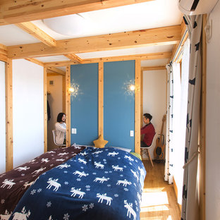 他の地域のカントリー風おしゃれな寝室 (白い壁、淡色無垢フローリング) のレイアウト