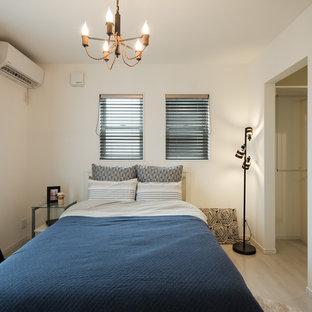 他の地域のビーチスタイルのおしゃれな主寝室 (白い壁、合板フローリング、暖炉なし、ベージュの床) のレイアウト