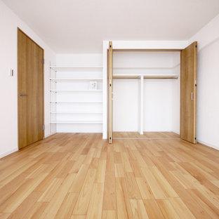 他の地域の北欧スタイルのおしゃれな主寝室 (白い壁、合板フローリング、ベージュの床、クロスの天井、壁紙) のインテリア