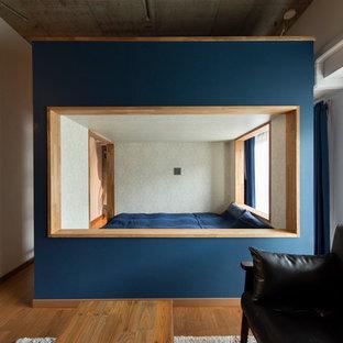 東京都下のインダストリアルスタイルのおしゃれな寝室 (青い壁、無垢フローリング、暖炉なし) のレイアウト