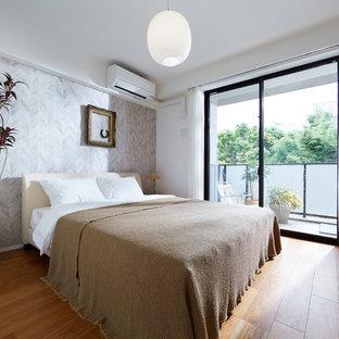 東京23区のコンテンポラリースタイルのおしゃれな寝室 (マルチカラーの壁、無垢フローリング、茶色い床) のレイアウト