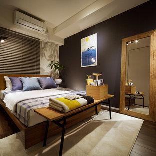 コンテンポラリースタイルのおしゃれな寝室 (黒い壁、濃色無垢フローリング、茶色い床) のレイアウト