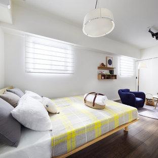 東京23区のコンテンポラリースタイルのおしゃれな主寝室 (白い壁、濃色無垢フローリング、茶色い床)