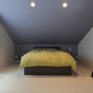 他の地域のコンテンポラリースタイルのおしゃれな寝室 (青い壁、塗装フローリング、白い床)