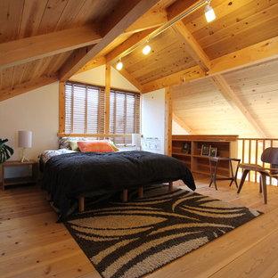 他の地域のカントリー風おしゃれな寝室 (白い壁、淡色無垢フローリング、茶色い床) のレイアウト