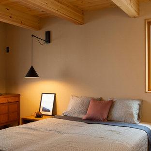 他の地域のアジアンスタイルのおしゃれな寝室 (ベージュの壁)