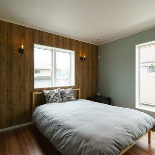 他の地域のビーチスタイルの寝室の画像 (マルチカラーの壁、無垢フローリング、茶色い床)