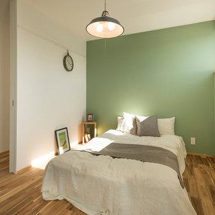 名古屋のコンテンポラリースタイルのおしゃれな寝室 (緑の壁、無垢フローリング、茶色い床)