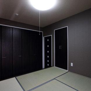 Пример оригинального дизайна: хозяйская спальня среднего размера в стиле модернизм с черными стенами, татами и белым полом