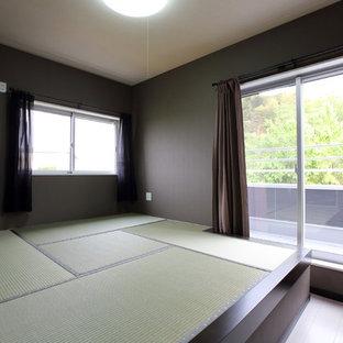 Идея дизайна: хозяйская спальня среднего размера в стиле модернизм с черными стенами, татами и белым полом