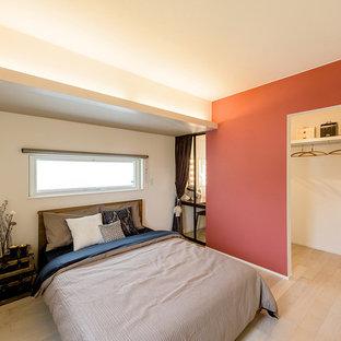 他の地域のコンテンポラリースタイルのおしゃれな寝室 (白い壁、淡色無垢フローリング、茶色い床) のインテリア