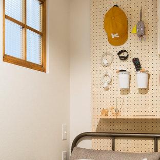 Modelo de dormitorio principal, industrial, pequeño, sin chimenea, con paredes blancas, suelo de contrachapado y suelo marrón