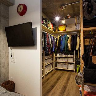 Diseño de dormitorio principal, industrial, pequeño, sin chimenea, con paredes blancas, suelo de contrachapado y suelo marrón