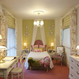 他の地域のトラディショナルスタイルのおしゃれな主寝室 (白い壁、カーペット敷き、ピンクの床) のインテリア