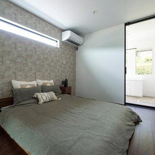 他の地域のアジアンスタイルのおしゃれな主寝室 (白い壁、濃色無垢フローリング、茶色い床) のインテリア