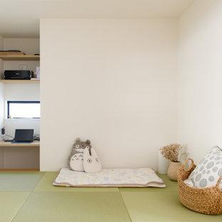 Modelo de dormitorio de estilo zen, pequeño, con paredes blancas, tatami y suelo verde