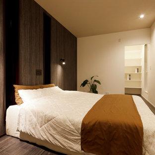 他の地域のミッドセンチュリースタイルのおしゃれな主寝室 (茶色い壁、濃色無垢フローリング、茶色い床)