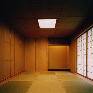 Idée de décoration pour une chambre d'amis asiatique de taille moyenne avec un mur beige, un sol de tatami, aucune cheminée, un manteau de cheminée en plâtre et un sol beige.