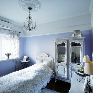 東京都下のヴィクトリアン調のおしゃれな寝室 (紫の壁)