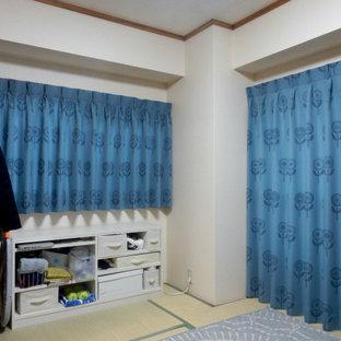 Imagen de dormitorio principal, escandinavo, pequeño, sin chimenea, con paredes blancas, tatami y suelo verde