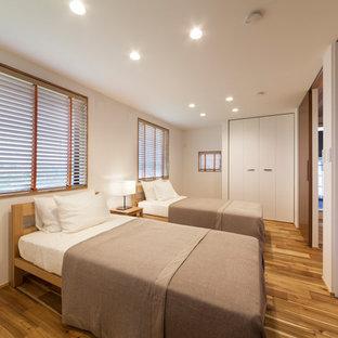 他の地域のコンテンポラリースタイルのおしゃれな寝室 (白い壁、茶色い床)