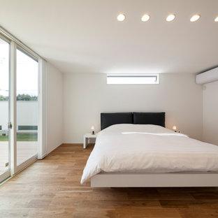他の地域のモダンスタイルのおしゃれな寝室 (白い壁、茶色い床) のレイアウト