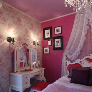 Diseño de dormitorio tradicional, de tamaño medio, sin chimenea, con paredes rosas, suelo de contrachapado y suelo marrón