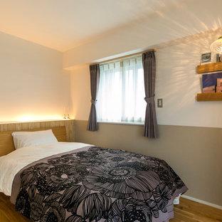 他の地域の北欧スタイルのおしゃれな寝室 (マルチカラーの壁、茶色い床) のインテリア
