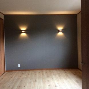 Inredning av ett mellanstort huvudsovrum, med vita väggar, mellanmörkt trägolv och brunt golv