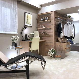 他の地域のモダンスタイルのおしゃれな寝室 (カーペット敷き、ベージュの床、マルチカラーの壁)