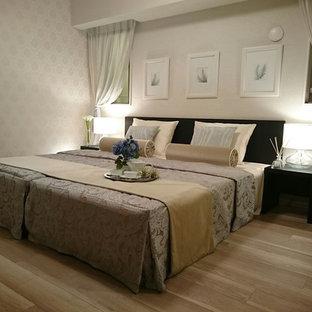 東京23区のトラディショナルスタイルのおしゃれな寝室 (白い壁、無垢フローリング、茶色い床)
