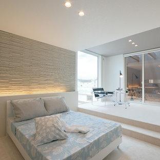 他の地域のモダンスタイルのおしゃれな寝室 (マルチカラーの壁)