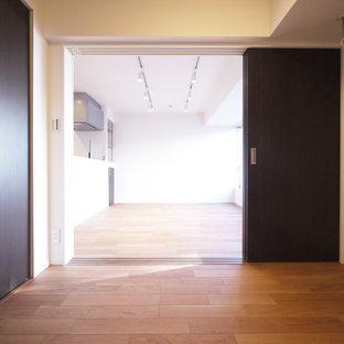Idéer för att renovera ett funkis huvudsovrum, med vita väggar, plywoodgolv och beiget golv
