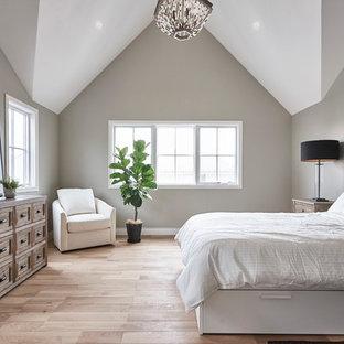 横浜のトランジショナルスタイルのおしゃれな主寝室 (淡色無垢フローリング、暖炉なし、ベージュの床、グレーの壁) のレイアウト
